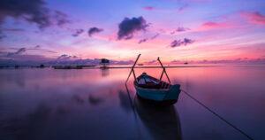 LAgo en alma con barco amarrdo al poste de la atención